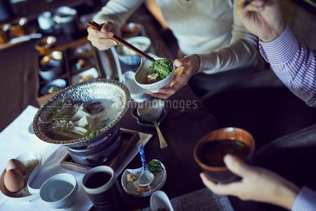 食事をするミドル夫婦の写真素材 [FYI02066282]