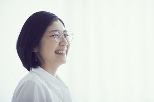 メガネをかけた笑顔の女性の写真素材 [FYI02066283]