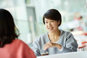 カフェで談笑する女性2人の写真素材 [FYI02066292]
