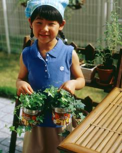 グリーンの入った缶を持つ女の子の写真素材 [FYI02066313]