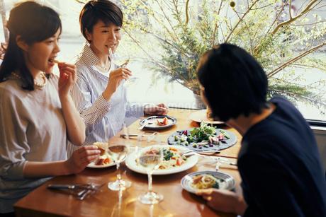 レストランで食事をする女性3人の写真素材 [FYI02066365]