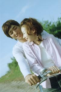自転車に乗るカップルの写真素材 [FYI02066369]