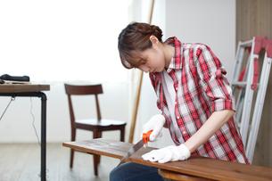 DIYを楽しむ女性の写真素材 [FYI02066392]