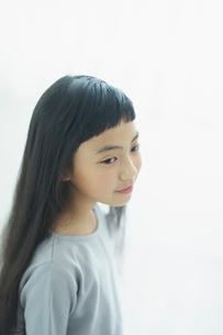 髪が長い女の子の横顔の写真素材 [FYI02066396]