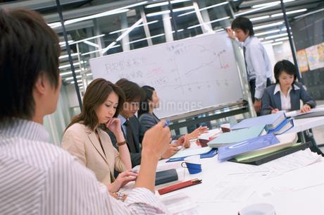 打ち合せするビジネスマンとビジネスウーマンの写真素材 [FYI02066401]
