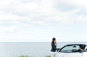 海と車とカップルの写真素材 [FYI02066414]