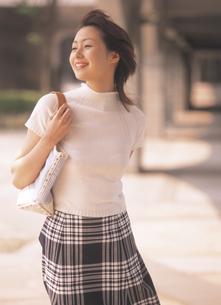 バックを肩にかけた女性の写真素材 [FYI02066424]