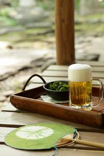 縁側のビールと枝豆と団扇の写真素材 [FYI02066427]