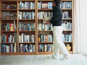 本棚と男性の写真素材 [FYI02066445]