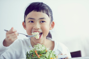 サラダを食べる女の子の写真素材 [FYI02066448]