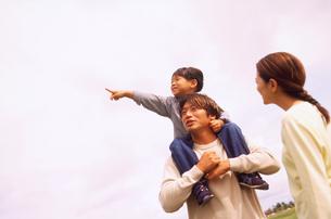 草原の家族3人の写真素材 [FYI02066466]