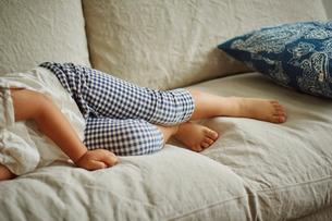 ソファに寝転ぶ女の子の写真素材 [FYI02066468]