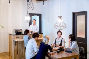 ミーティングをする外国人と日本人の写真素材 [FYI02066472]