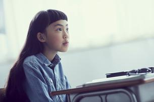 授業を受ける女の子の写真素材 [FYI02066489]