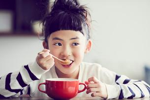食事をする女の子の写真素材 [FYI02066490]