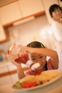 ケチャップをかける女の子の写真素材 [FYI02066499]