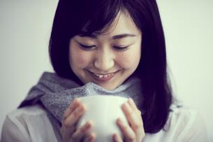 カップを持つ女性の写真素材 [FYI02066517]