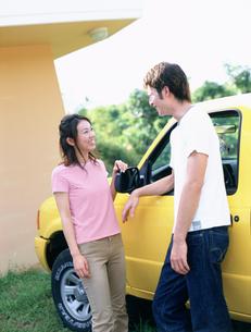 黄色の車とカップルの写真素材 [FYI02066520]