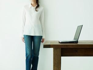 ノートパソコンとジーンズ姿の女性イメージの写真素材 [FYI02066528]