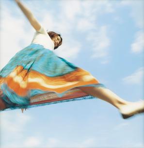 飛ぶ超える女性ローアングルと空の写真素材 [FYI02066541]