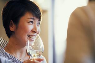 ワインを飲む女性の写真素材 [FYI02066547]