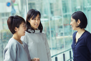 談笑する女性3人の写真素材 [FYI02066552]