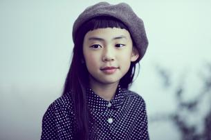 ベレー帽を被った女の子の写真素材 [FYI02066570]