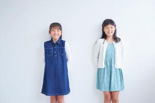 女の子2人のポートレートの写真素材 [FYI02066571]