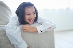 ソファでくつろぐ10代の女の子の写真素材 [FYI02066576]