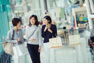 ショッピングを楽しむ女性3人の写真素材 [FYI02066579]