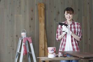 DIYを楽しむ女性の写真素材 [FYI02066588]