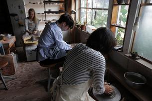 陶芸をする外国人3人の写真素材 [FYI02066595]