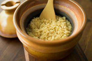 土鍋で炊いた玄米の写真素材 [FYI02066598]