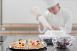 ケーキとパティシエの写真素材 [FYI02066603]