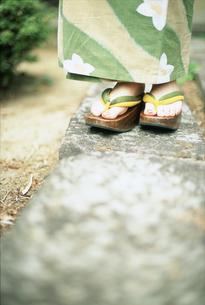 浴衣の女性足元の写真素材 [FYI02066604]