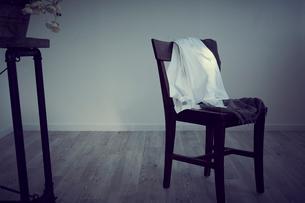 椅子に掛けた洋服の写真素材 [FYI02066638]