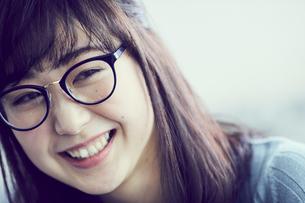 メガネをかけた女性の写真素材 [FYI02066648]