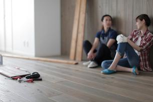 DIYの途中で休憩する女性2名の写真素材 [FYI02066652]