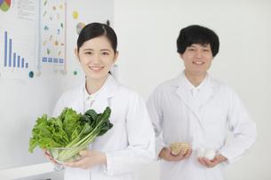 食材を持つ栄養士2人の写真素材 [FYI02066656]