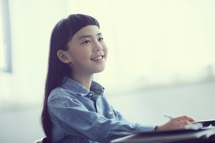 授業を受ける女の子の写真素材 [FYI02066676]