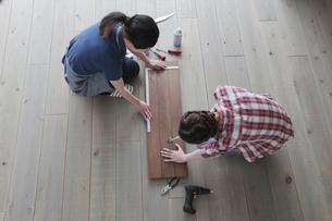 DIYを楽しむ女性2名の写真素材 [FYI02066692]