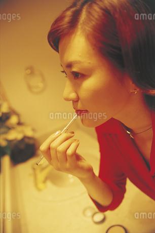 メイクする女性の写真素材 [FYI02066721]