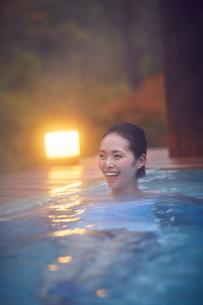 露天風呂に入浴するミドル女性の写真素材 [FYI02066722]