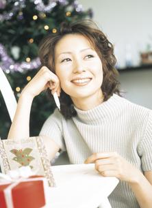 クリスマスツリーとペンを持つ女性の写真素材 [FYI02066727]