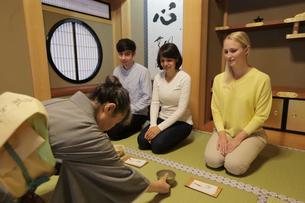 茶道体験をする外国人3人の写真素材 [FYI02066742]