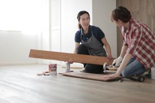 DIYを楽しむ女性2名の写真素材 [FYI02066758]