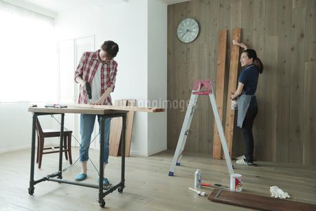 DIYを楽しむ女性2名の写真素材 [FYI02066759]