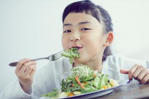 サラダを食べる女の子の写真素材 [FYI02066764]