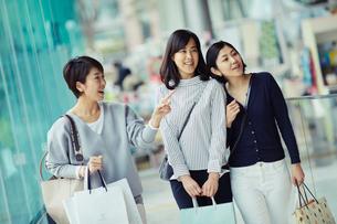 ショッピングを楽しむ女性3人の写真素材 [FYI02066772]