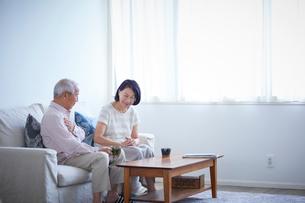 ソファに座るシニア夫婦の写真素材 [FYI02066778]